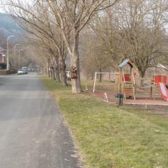 Route longeant la plaine de jeux et la Hoëgne