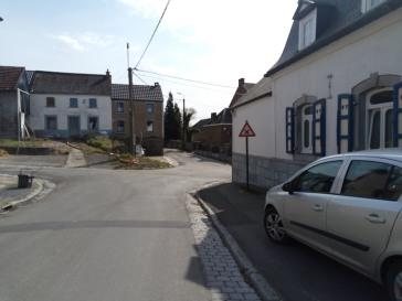 A droite après le coin de la maison blanche, se trouve la rue Hubert Krains.
