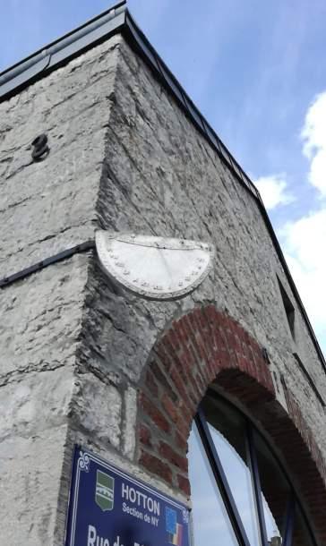 cadran solaire sur une maison à Ny