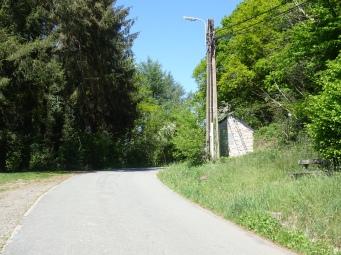 Quitter la route de Sassor eter le chemin à droite, pres de la cabine d'électricité et prendre ici le chemin à droite