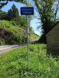 Prendre ici à droite le chemin en gravier qui monte